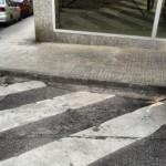 En cotxet, en cadira de rodes creues el pas zebra i voles